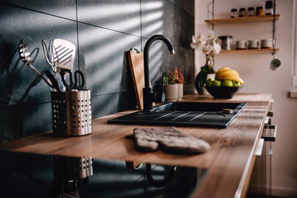 Detalles dorados cocinas negras
