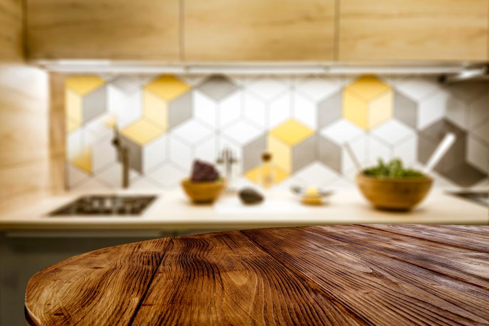 Cocina con gabinetes blancos y piso de madera  Descripción generada automáticamente
